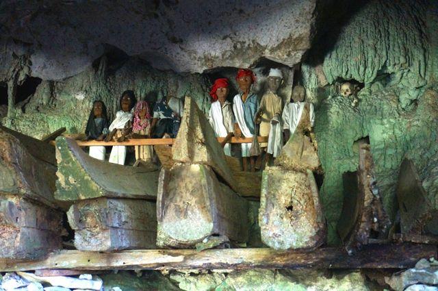 tana toraja cave burials
