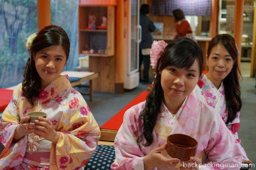 traditionally-dressed-girls-kimono-kyoto